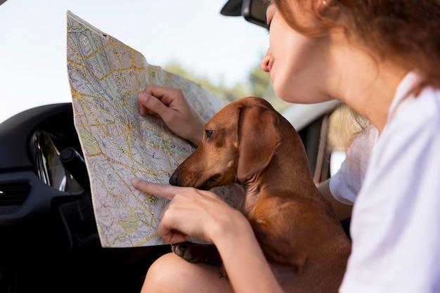 Gros plan femme tenant une carte en voiture
