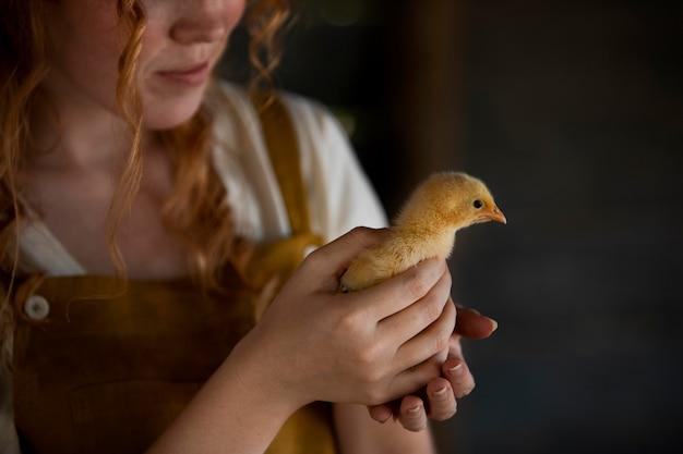 Gros plan femme tenant du poulet