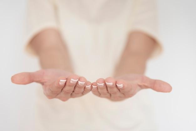 Gros plan, de, femme, tenant mains