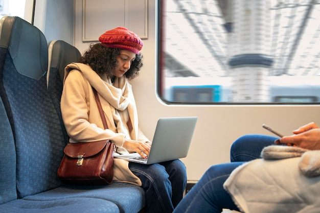 Gros plan femme tenant un ordinateur portable