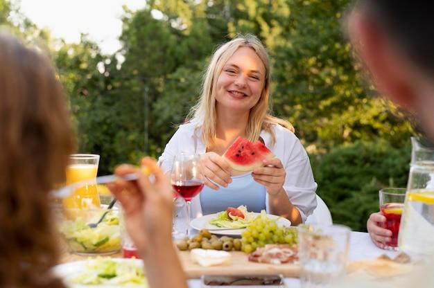 Gros plan femme tenant pastèque