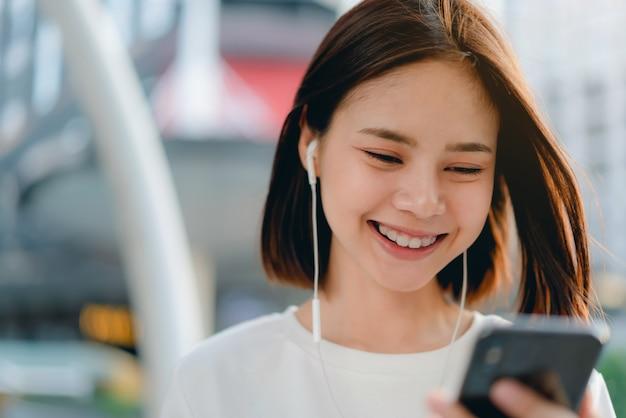 Gros plan d'une femme tenant un smartphone, maquette d'un écran blanc. en utilisant un téléphone portable sur le style de vie. technologie pour le concept de communication.