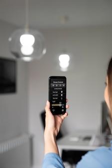 Gros plan femme tenant un smartphone