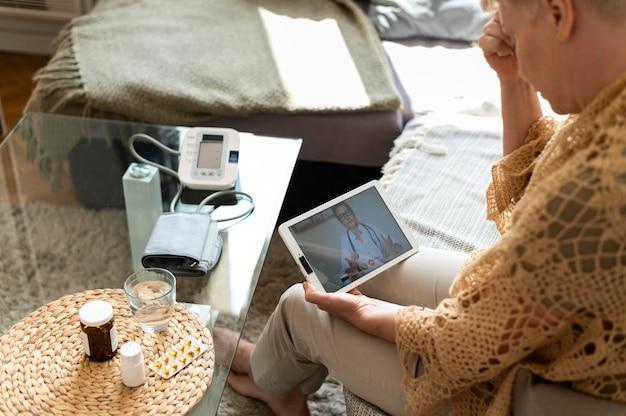 Gros plan femme tenant une tablette