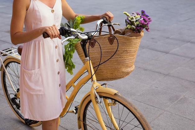Gros plan femme tenant un vélo