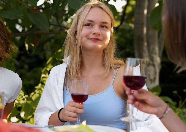 Gros plan femme tenant un verre à vin
