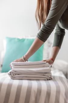 Gros plan d'une femme tenant des vêtements pliés