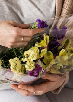 Gros plan, femme, tenue, fleurs, bouquet
