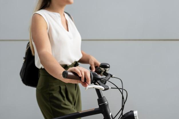 Gros plan, femme, tenue, guidon vélo