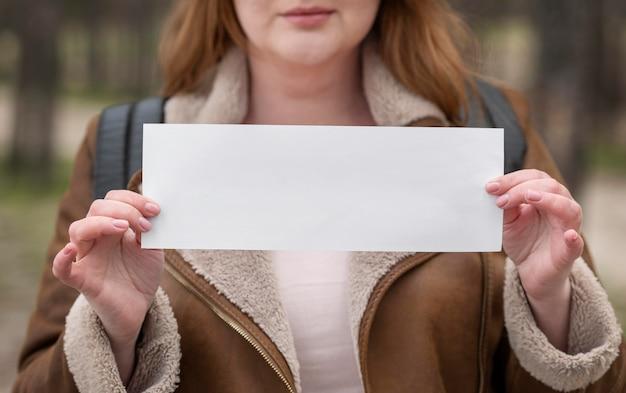 Gros plan, femme, tenue, morceau papier