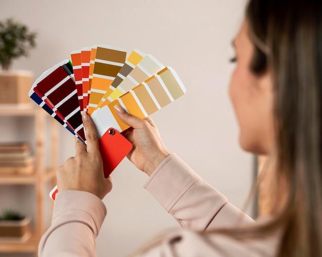 Gros plan, femme, tenue, palette couleurs