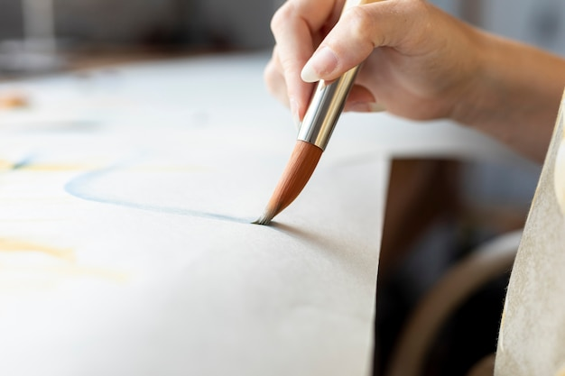Gros plan, femme, tenue, peinture, pinceau