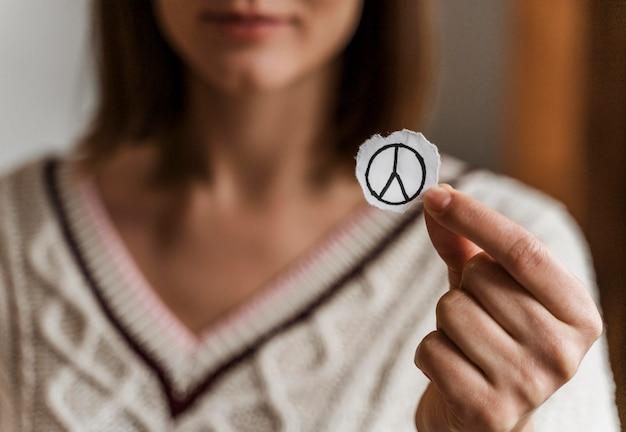 Gros plan, de, a, femme, tenue, a, signe paix