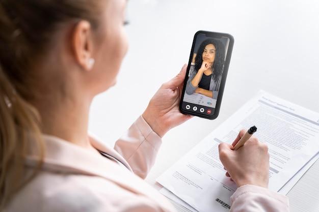 Gros plan, femme, tenue, smartphone
