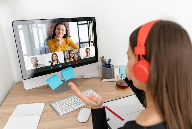 Gros plan femme travaillant avec ordinateur