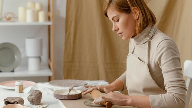 Gros plan femme travaillant avec rouleau à pâtisserie