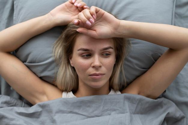 Gros plan femme triste au lit