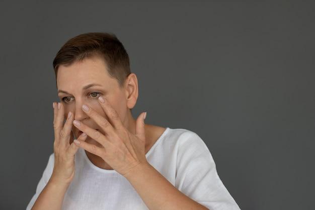 Gros plan femme triste couvrant son visage