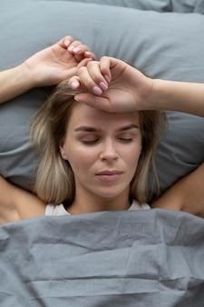 Gros plan sur une femme triste qui dort