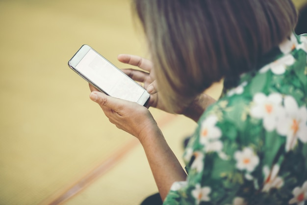 Gros plan femme utilisant un téléphone intelligent