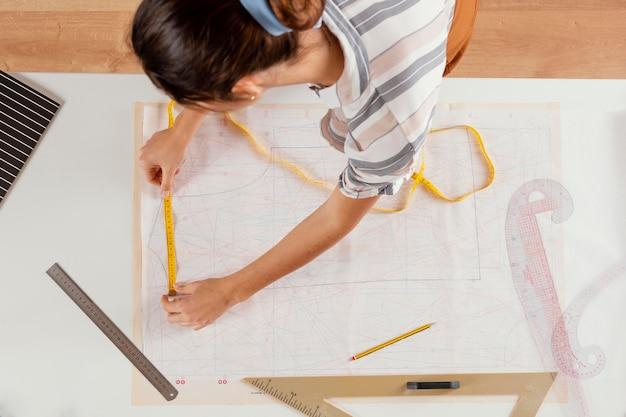 Gros plan, femme, utilisation, mètre couture