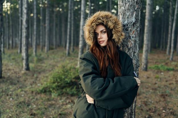 Gros plan sur la femme en veste à capuche en forêt