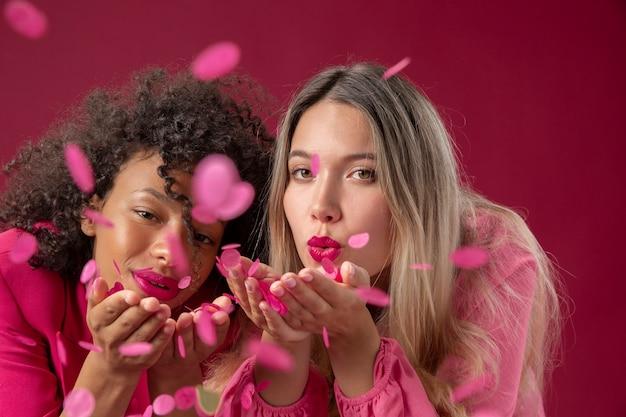 Gros plan des femmes avec des confettis