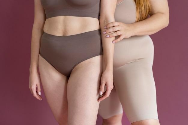 Gros plan des femmes avec des corps différents posant