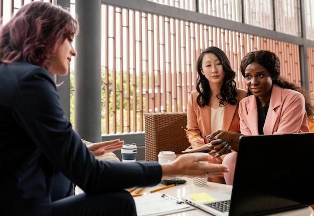 Gros plan, femmes, discuter affaires