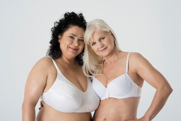 Gros plan sur les femmes mûres posant en sous-vêtements