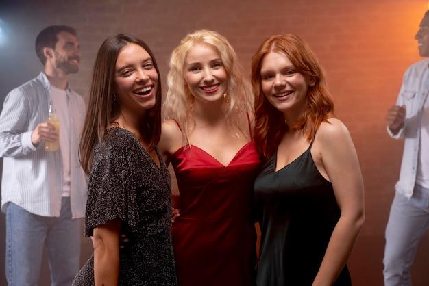 Gros plan des femmes souriantes au club