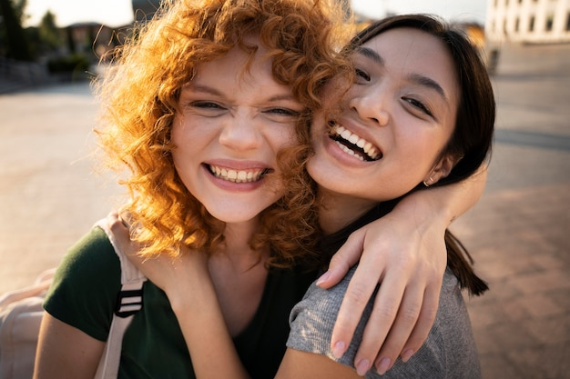 Gros plan des femmes souriantes ensemble à l'extérieur