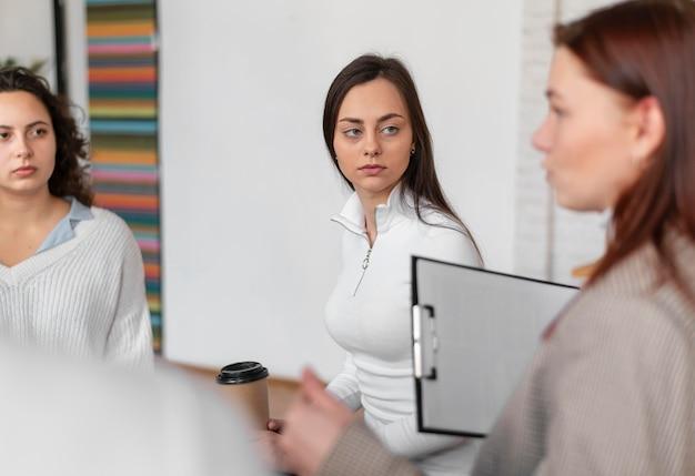 Gros plan des femmes en thérapie