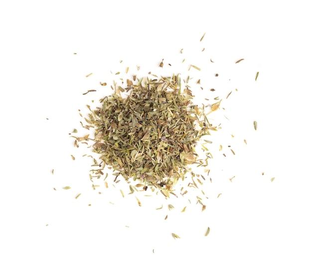 Gros plan sur les feuilles de thym secs isolés