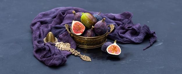 Gros plan de figues violettes et vertes fraîches