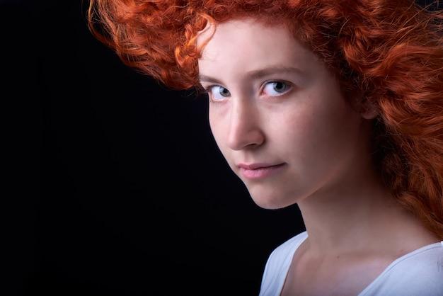 Gros plan d'une fille aux cheveux rouge caucasienne avec des taches de rousseur