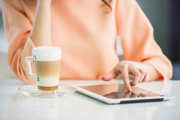 Gros plan, fille, blouse pêche, tablette numérique