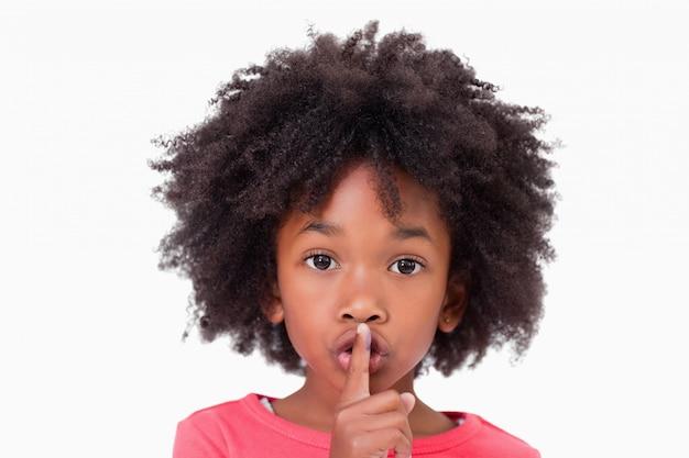 Gros plan d'une fille demandant le silence