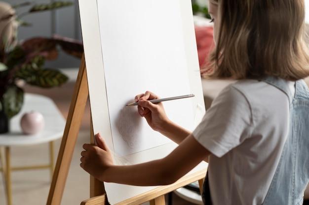 Gros plan fille dessin sur papier