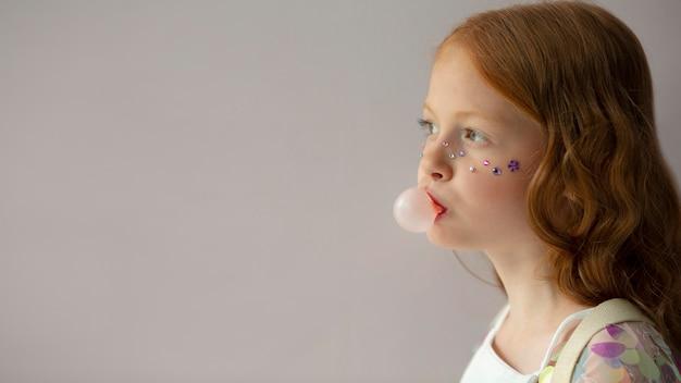 Gros plan fille avec du chewing-gum