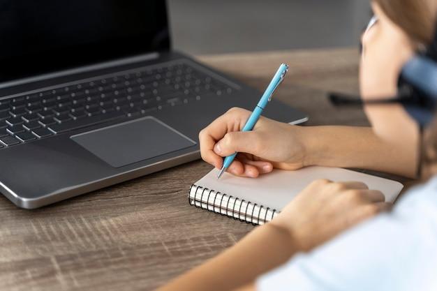 Gros plan fille étudiant en ligne