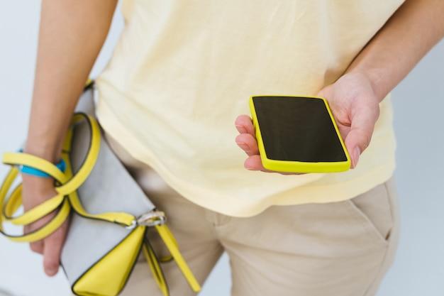 Gros plan, fille, jaune, téléphone portable, femme, sac, mains