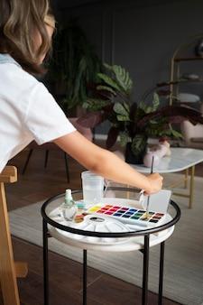 Gros plan fille avec de la peinture à la maison
