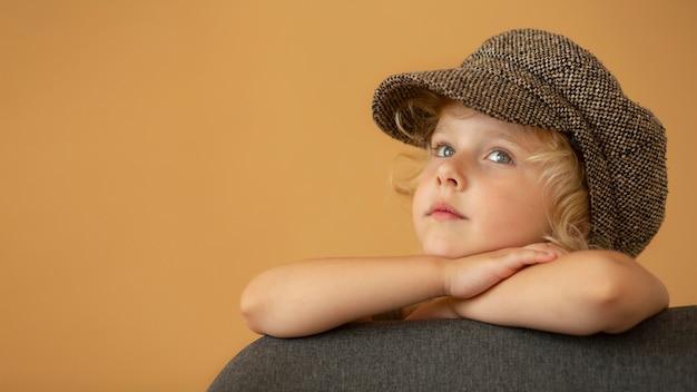 Gros plan fille portant un chapeau