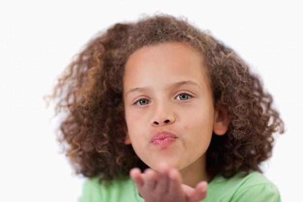 Gros plan d'une fille qui souffle un baiser