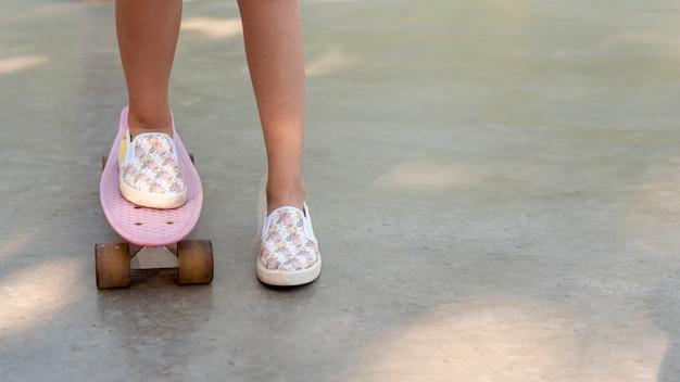 Gros plan, fille, skateboard