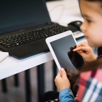 Gros plan, fille, tablette numérique