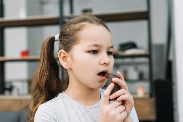 Gros plan, fille, tenue, asthme, inhalateur, devant, elle, bouche