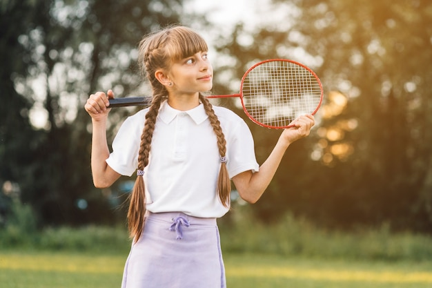 Gros plan, fille, tenue, badminton, regarder loin