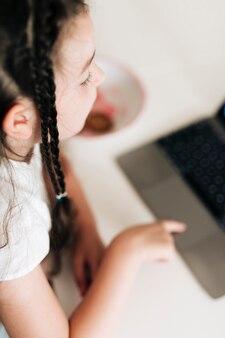 Gros plan, fille, tresses, regarder, ordinateur portable
